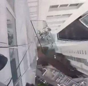 Un cristal de 380 kilogramos cae de lo alto de un edificio en Moscú