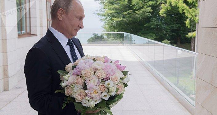Vladímir Putin, presidente de Rusia, con un ramo de flores
