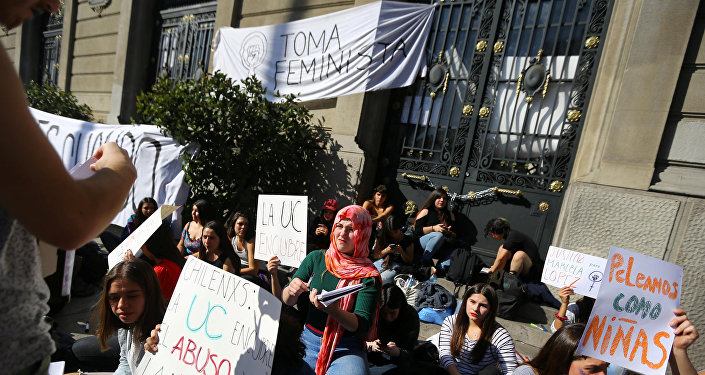 Un grupo de estudiantes  tomó la Casa Central de la Universidad Católica de Chile