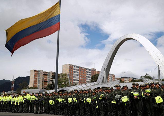 La policía se congregan frente a un centro de votación durante la mañana del 27 de mayo