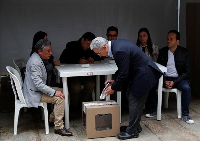 El expresidente colombiano, Álvaro Uribe, vota en Bogotá durante las elecciones del 27 de mayo