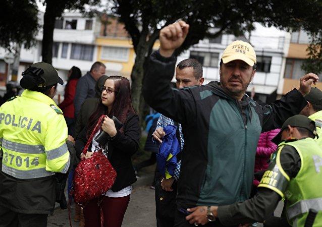 Policías registrando a votantes en Colombia el 27 de mayo