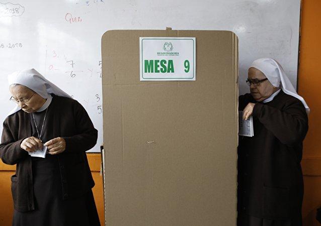 Dos monjas votando durante las elecciones colombianas del 27 de mayo