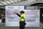 Agente de policía en un centro de votación en Bogotá durante las elecciones presidenciales en Colombia
