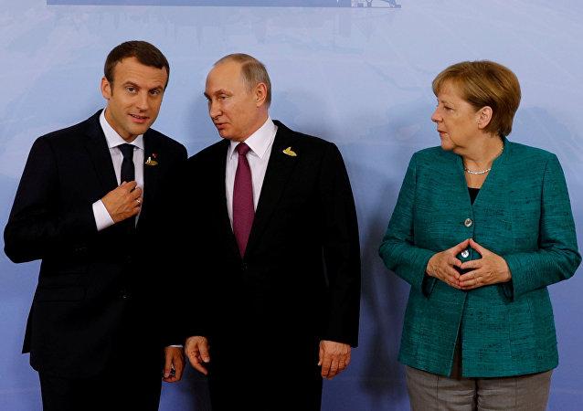Los presidentes de Francia y Rusia, Emmanuel Macron y Vladímir Putin, y la canciller alemana, Angela Merkel (archivo)