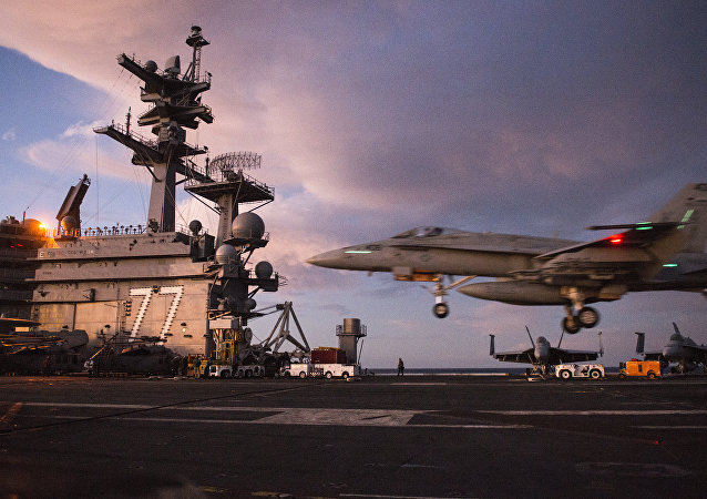 Un caza F/A-18 Super Hornet aterriza sobre el USS George H.W.