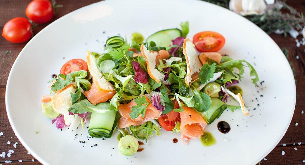 Ensalada con salmón ahumado y aguacate en Peperoncino