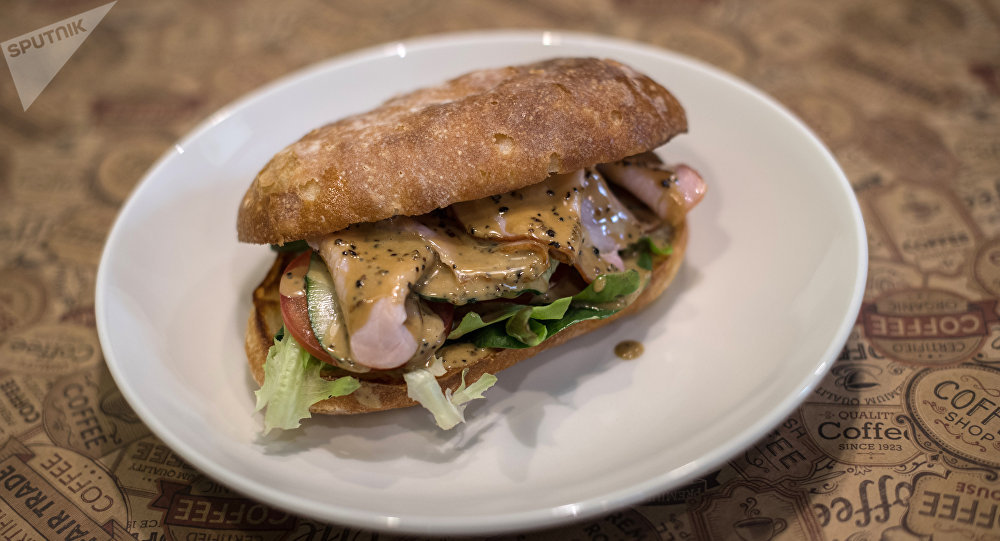 Sándwich con jamón artesano y salsa de pimienta en el restaurante Breakfastería