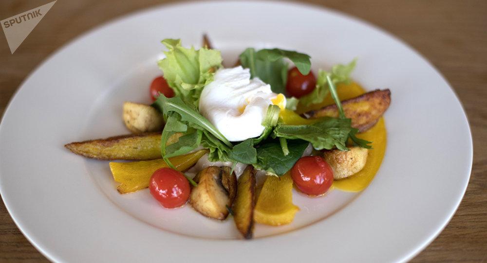 Una ensalada con hongos, patatas y рuevo escalfado en Green Cafe