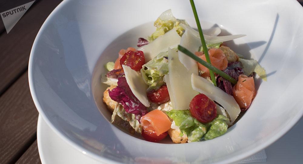 Ensalada con salmón en el restaurante Rostov-papá