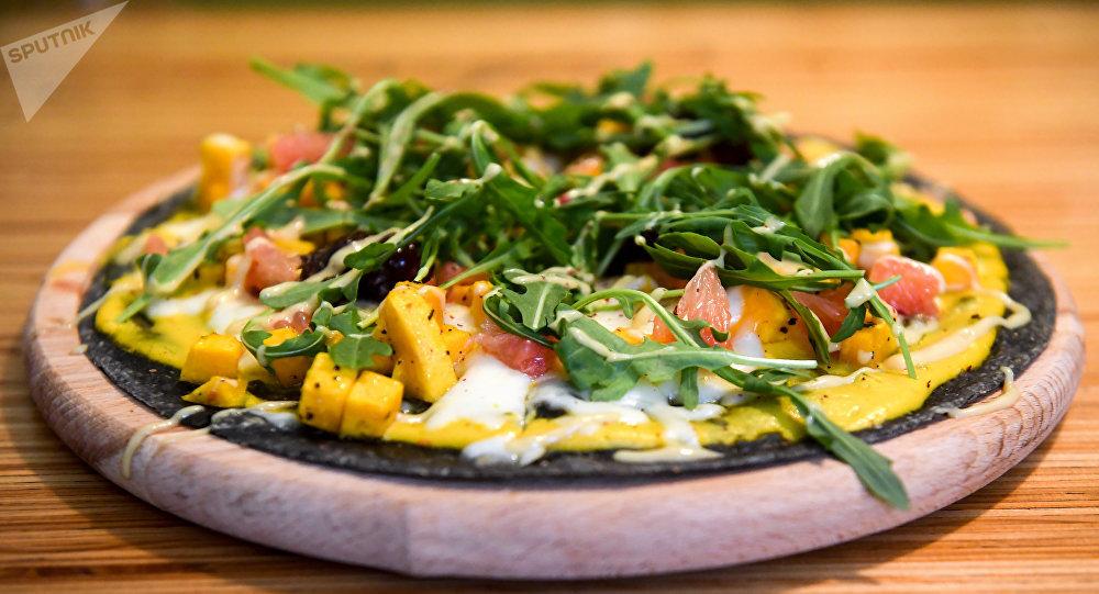 Pizza de masa negra en la cafetería Ukrop
