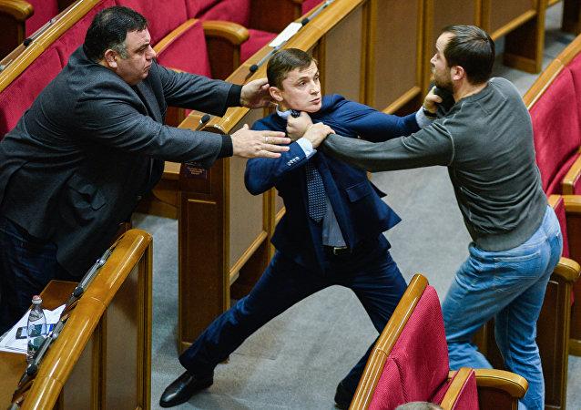 Una pelea entre los diputados ucranianos en la Rada Suprema (imagen referencial)