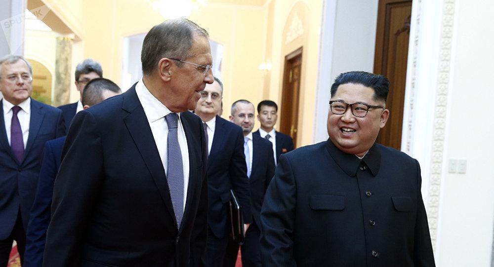 Reunión entre el ministro de Asuntos Exteriores de Rusia, Serguéi Lavrov, y el líder de Corea del Norte, Kim Jong-un (archivo)