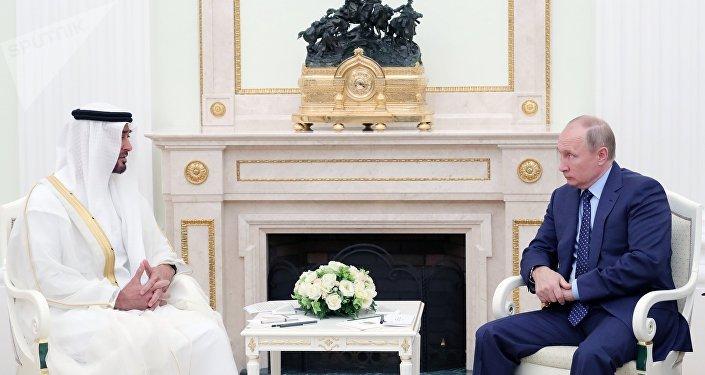 Mohammed Al Nahyan, el príncipe heredero de Abu Dabi, y Vladímir Putin, el presidente de Rusia