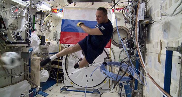 Cosmonauta Antón Shkáplerov juega al fútbol a bordo de la EEI