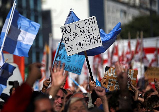 Una protesta contra las negociaciones del Gobierno argentino con el Fondo Monetario Internacional