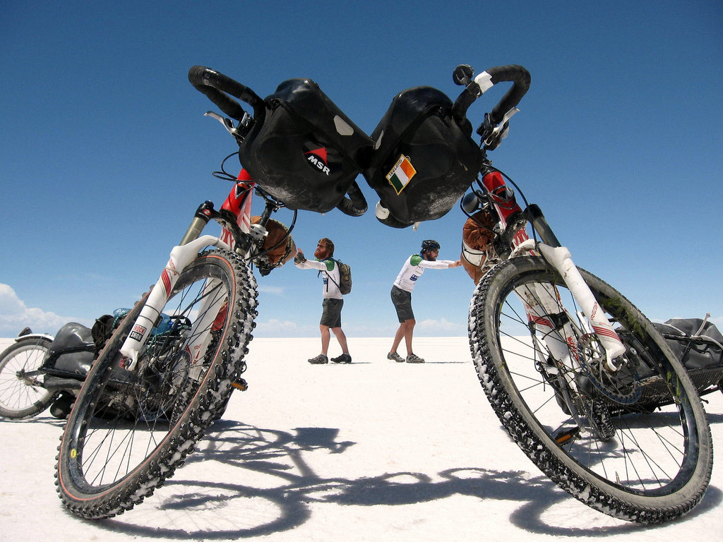 Ciclistas en el salar de Uyuni