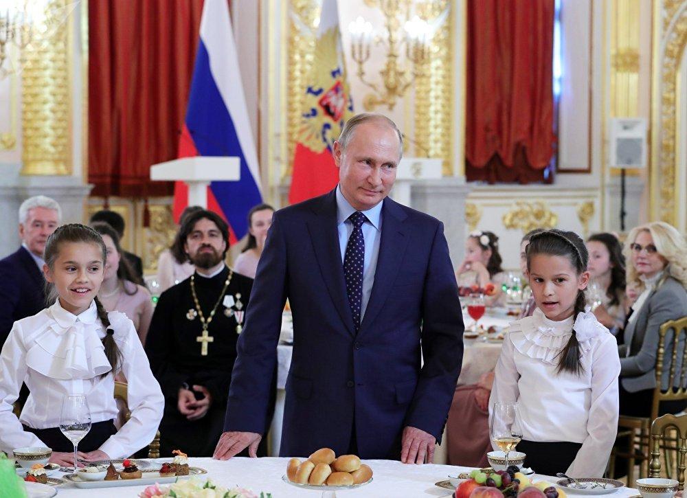 El presidente de Rusia, Vladímir Putin, otorga las órdenes a la Gloria Parental