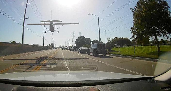 Una estudiante de piloto logró realizar un aterrizaje de emergencia en medio de una concurrida calle de Huntington Beach (California, EEUU)