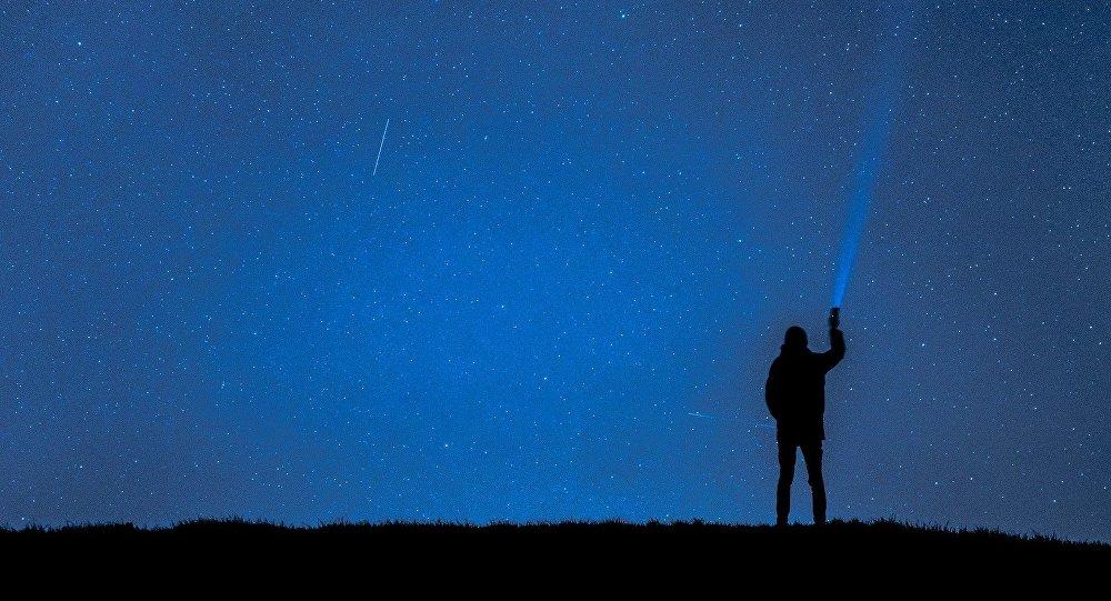 Una persona mirando hacia el cielo