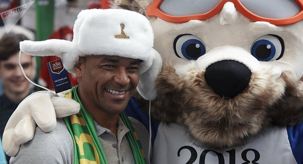 El exfutbolista brasileño Cafu y Zabivaka, la mascota del Mundial de Rusia