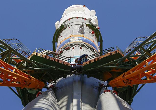 Cohete Soyuz-FGc con una imagen alegórica del Mundial