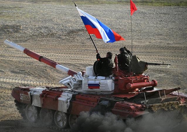 El tanque del equipo ruso durante la competición final de biatlón de tanques de Army Games 2017