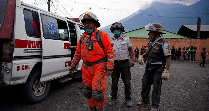 Bomberos guatemaltecos después de la erupción del volcán de Fuego en San Juan Alotenango (archivo)