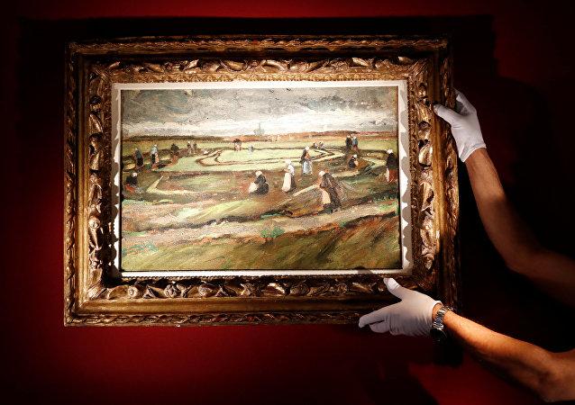 El cuadro del pintor holandés Vincent van Gogh 'Raccommodeuses de filets dans les dunes'