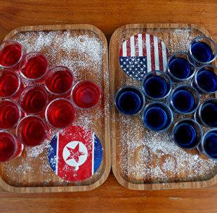 Un tablero con unas bebidas y las banderas de Corea del Norte y EEUU (imagen referencial)