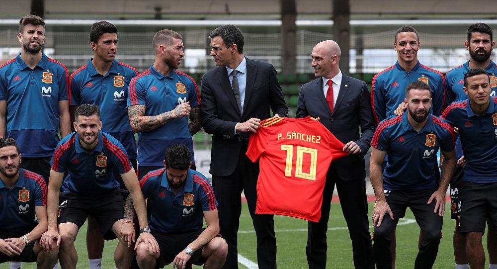 El presidente del Gobierno español, Pedro Sánchez, con la selección nacional de España