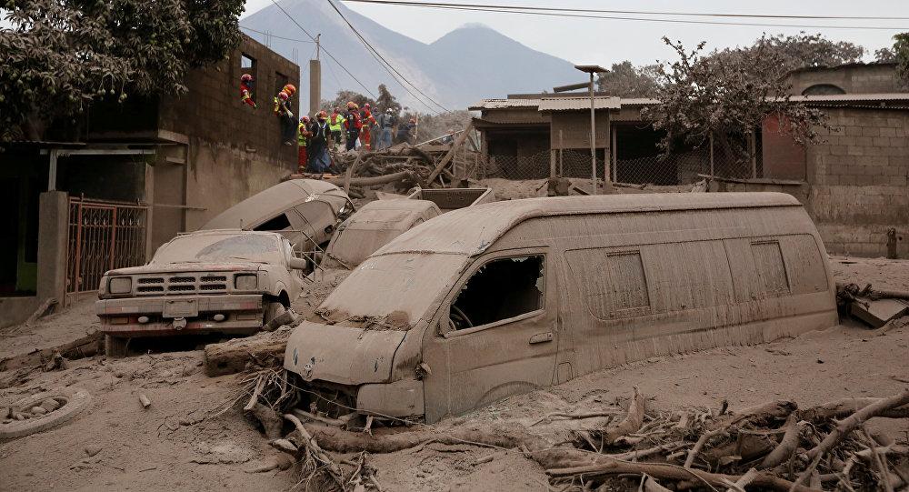 Bomberos y rescatistas en un lugar afectado por la erupción del volcán de Fuego en San Juan Alotenango, Guatemala