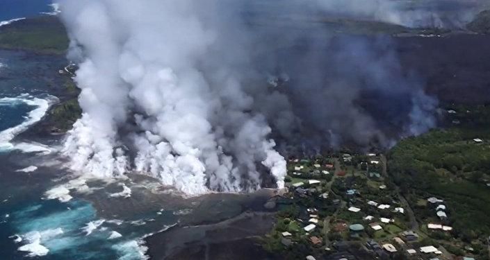 La erupción del volcán Kilauea genera nubes de humo y cenizas