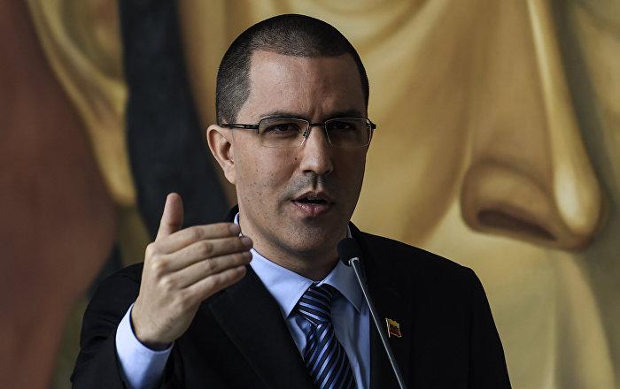 """Arreaza condena que gobiernos """"cartelizados"""" contra Venezuela se subordinen a EEUU"""