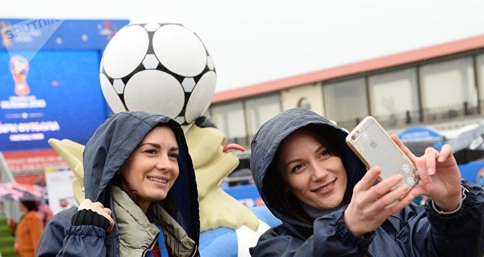 Un selfie con Zabivaka, la mascota del Mundial de Rusia 2018