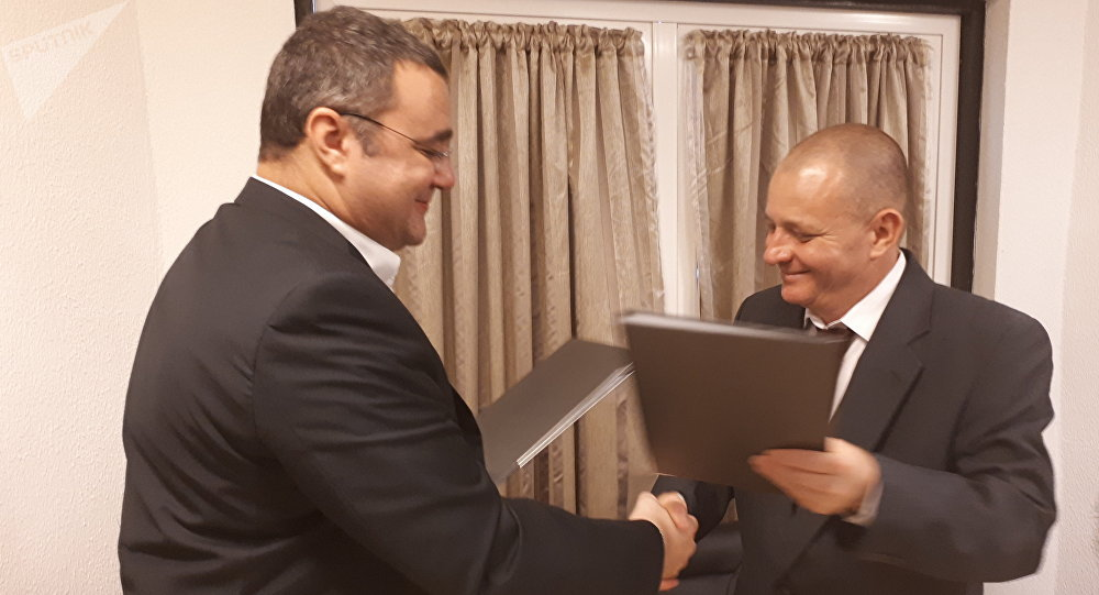 Onelio Castillo, representante del ICRT cubano, y Oleg Vyazmitinov, director de la oficina de representación regional de Sputnik