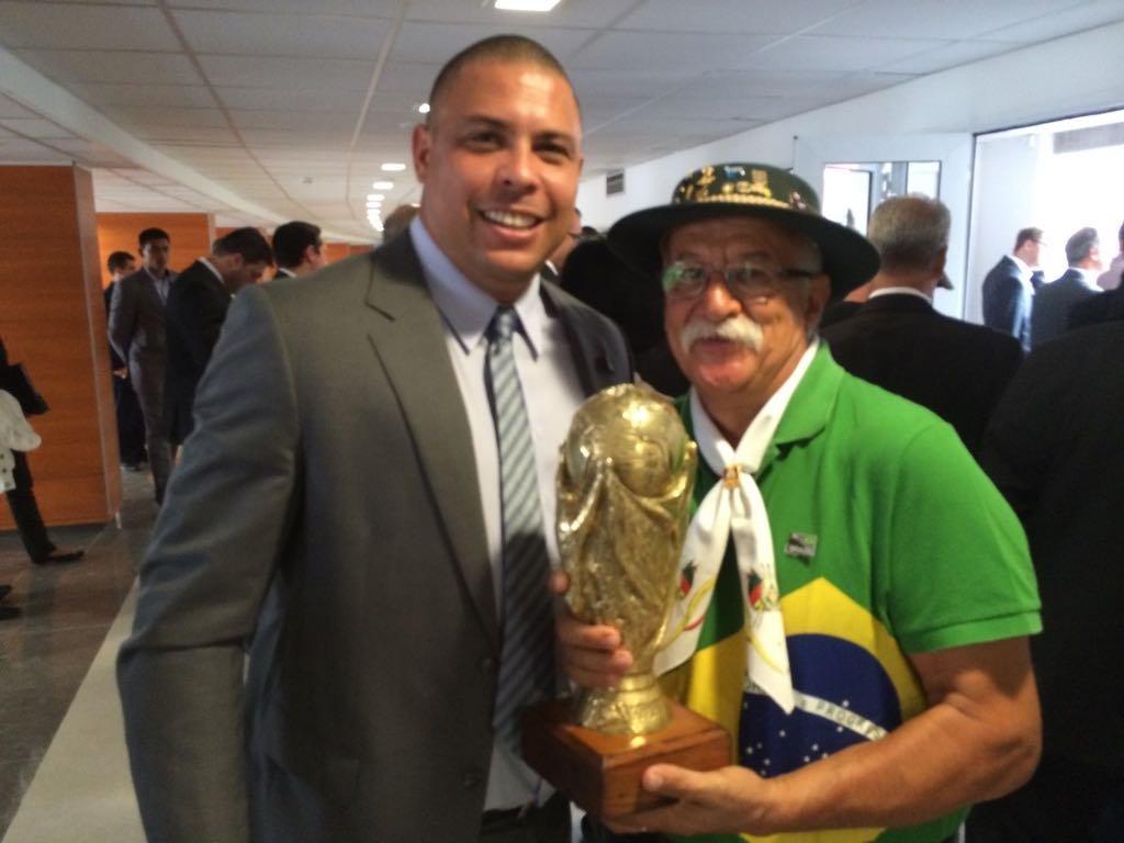 Clovis Fernandes, el célebre hincha brasileño conocido como Gaúcho da Copa, junto a Ronaldo