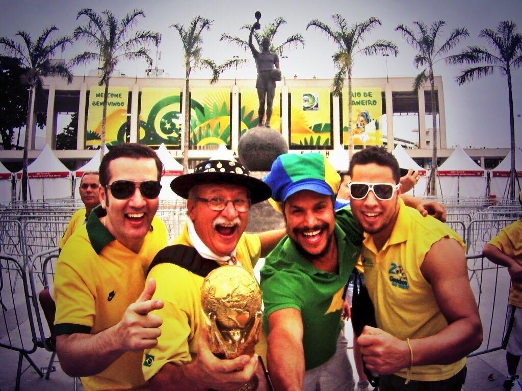 Clovis Fernandes, el célebre hincha brasileño conocido como Gaúcho da Copa, junto a otros fanáticos de Brasil