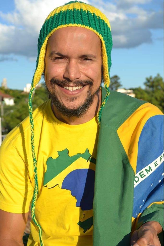 Frank Fernandes, hijo de Clovis Fernandes, el célebre hincha brasileño conocido como Gaúcho da Copa