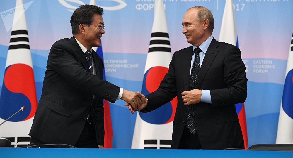 El presidente surcoreano, Moon Jae-in, y el presidente de Rusia, Vladímir Putin (archivo)