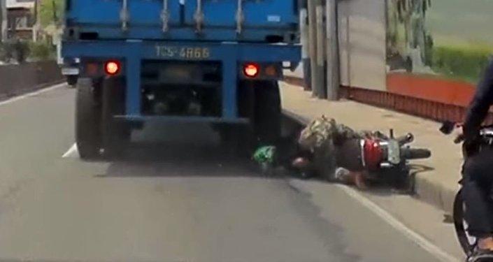 Motociclista aplastado por un camión en Filipinas