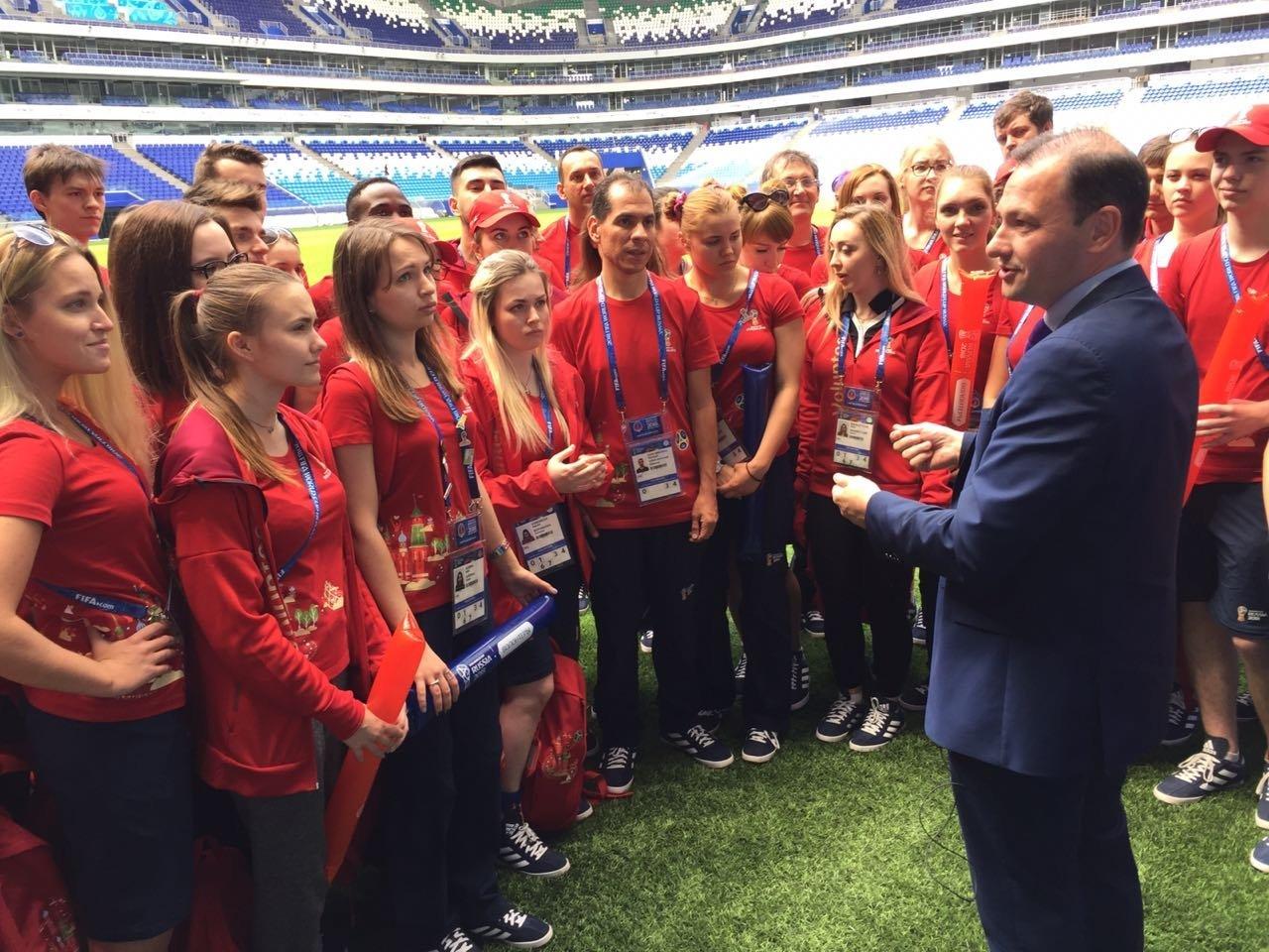 El presidente del Instituto Bering Bellingshausen para las Américas, Sergey Brilev, habla con voluntarios de Rusia 2018 en la entrega al Cosmos Arena de Samara del pasto del Estadio Centenario de Montevideo