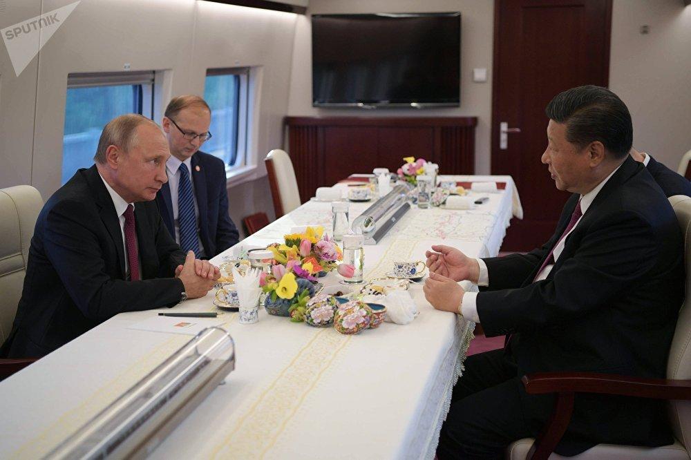 El presidente de Rusia, Vladímir Putin, y su homólogo chino, Xi Jinping, viajan en tren de Pekín a Tianjin