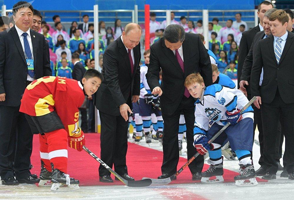 El presidente de Rusia, Vladímir Putin, y su homólogo chino, Xi Jinping,  dan inicio a un partido entre equipos juveniles de hockey de ambos países
