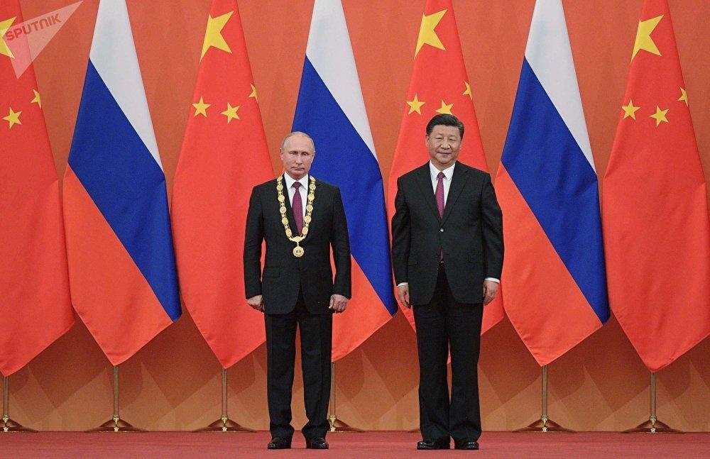 Vladímir Putin, presidente de Rusia, recibe el máximo galardón estatal de China de las manos de su análogo chino