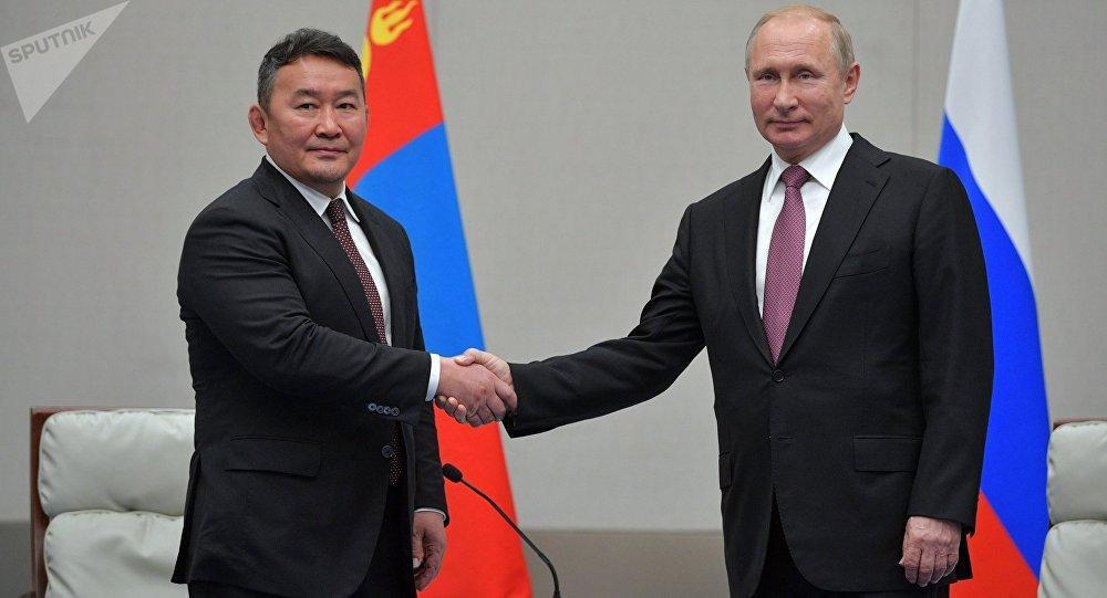 El presidente de Mongolia, Khaltmaagiin Battulga, y el presidente de  Rusia, Vladímir Putin