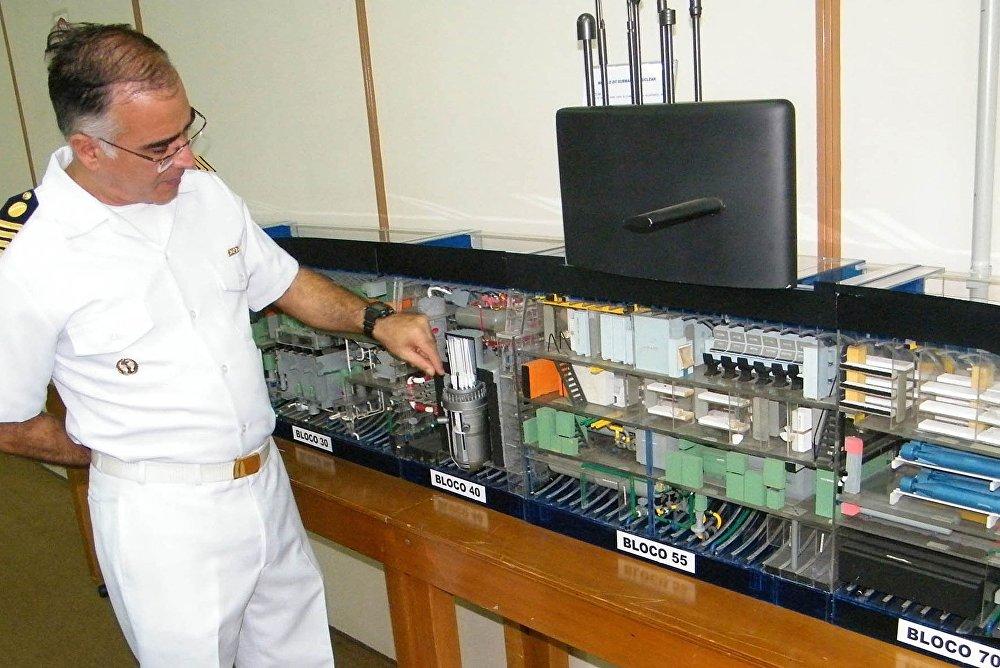 Un oficial de la Armada de Brasil muestra un modelo del futuro submarino de propulsión nuclear brasileño
