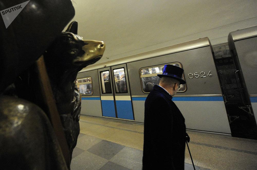 El famoso perro que trae suerte en la estación Plóschad Revoliutsii