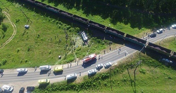 El accidente entre un tren carguero y un autobús en Rusia