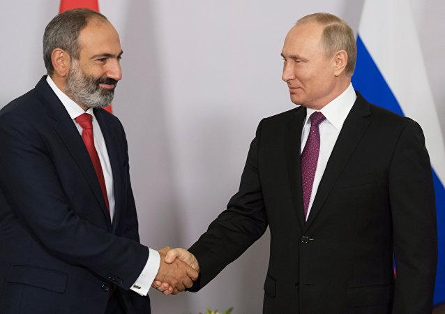 El primer ministro de Armenia, Nikol Pashinián, y el presidente de Rusia, Vladímir Putin (archivo)